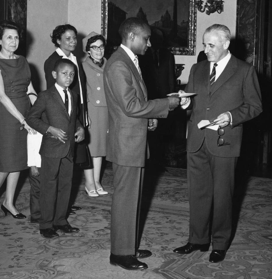 Dolphus Milligan receiving the Arturo Miolati Prize