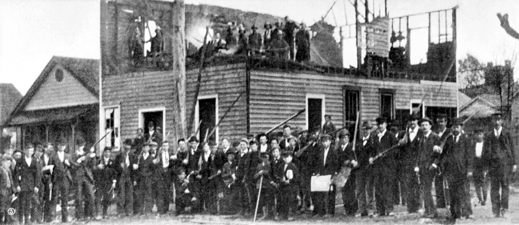 Collier's Weekly Photograph of mob outside Wilmington, N.C. Courthouse, Nov. 12, 1898
